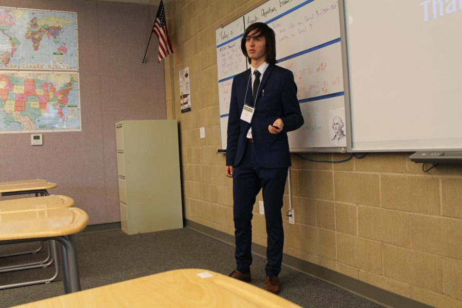 Junior Jonathan Klingspon pitches his Genius Project to the class. When the juniors presented to the seniors at the Genius Project Forum, seniors provided advice and constructive criticism on the juniors' projects and their progress.